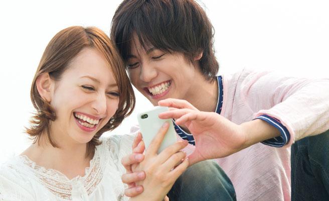 会話や笑顔が絶えないカップル