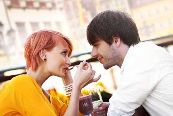 カフェで休憩するカップル