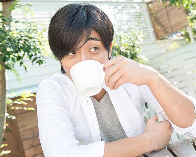 一人でコーヒーを飲む別れたあとの男