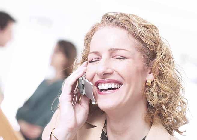 運命っぽく電話する女性