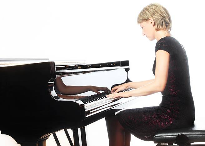 エレガントにピアノを弾く女性