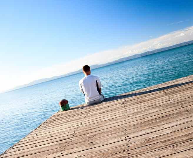 終わったことをいつまでも引きずり海を見つめる女々しい男