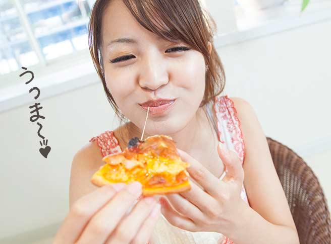 美味しそうにピザを食べるカワイイ女性