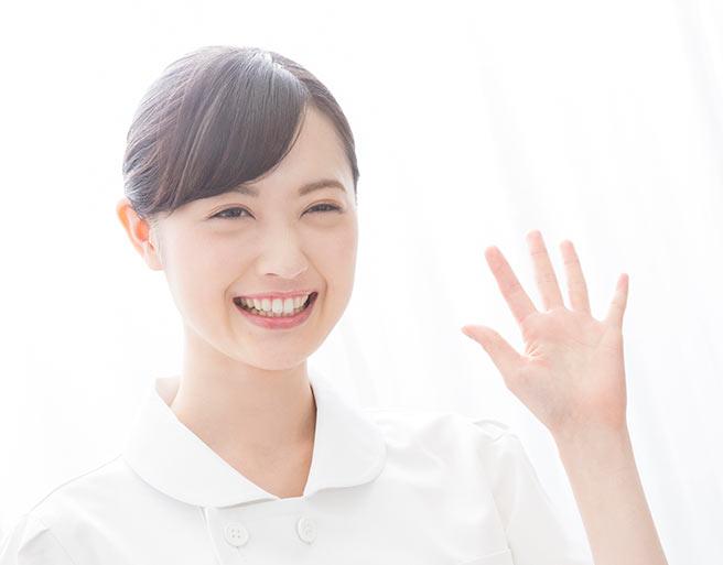 笑顔で挨拶する性格美人
