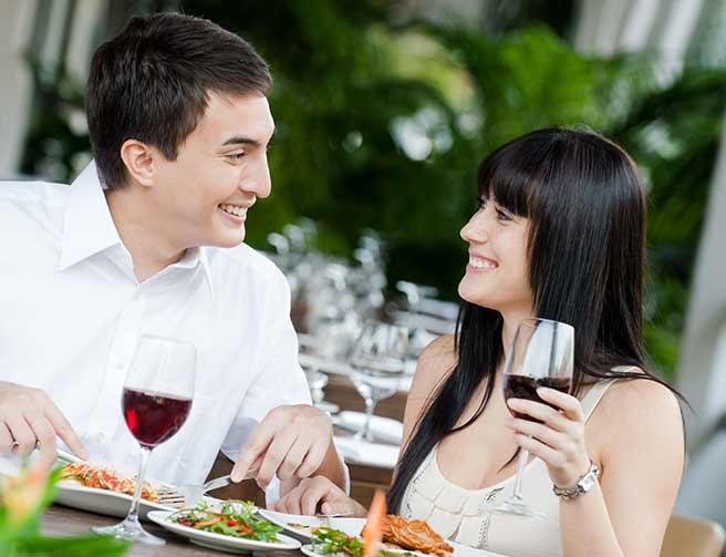 仕事が忙しい彼とデートを楽しむ女性