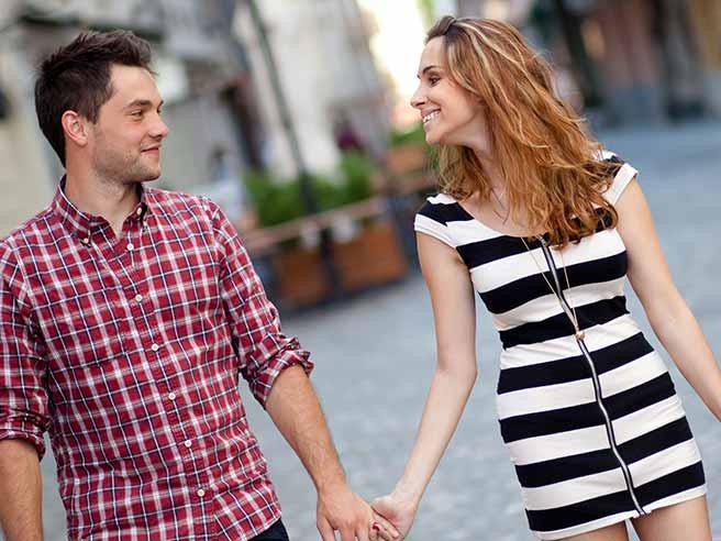 彼と手をつなぎ、愛を実感する女性