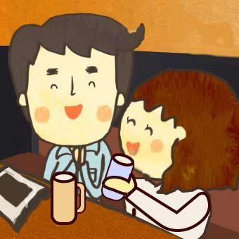 休憩して飲み物を飲むカップル