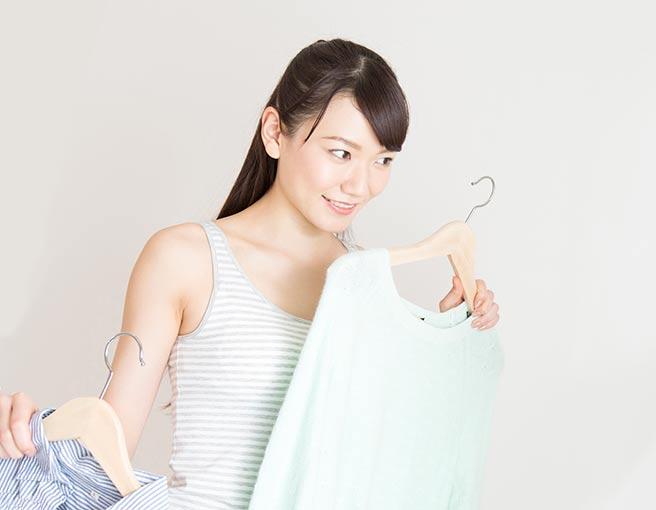 彼氏の実家に着ていく服に悩む女性