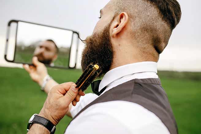 鏡で髭を手入れする脈あり男性