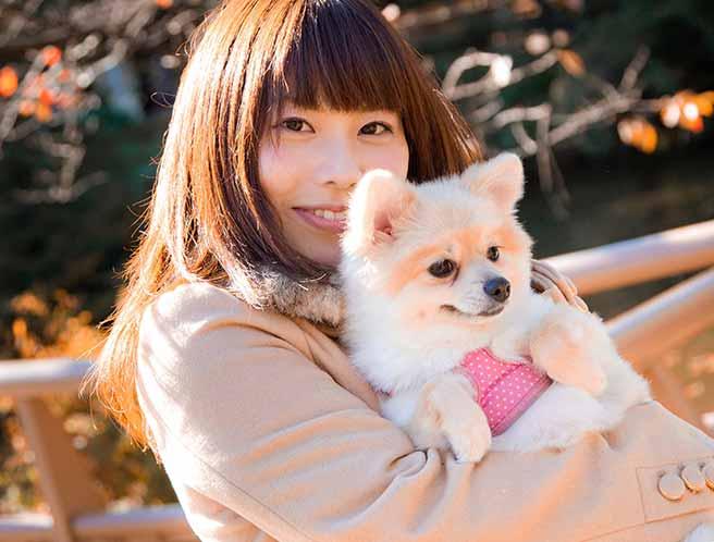 可愛い犬を抱く女性