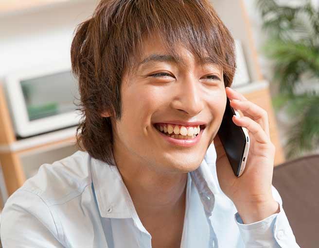 楽しく電話する男性