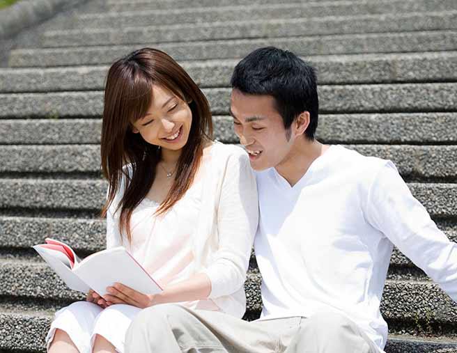 同じ本が好きで運命を感じるカップル