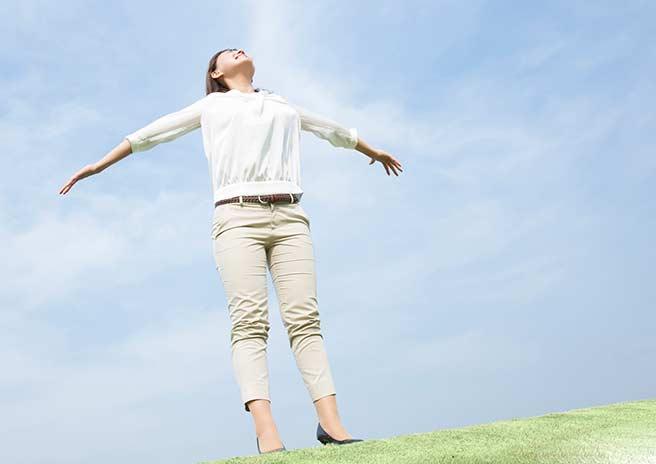 ポジティブに空を見上げる女性