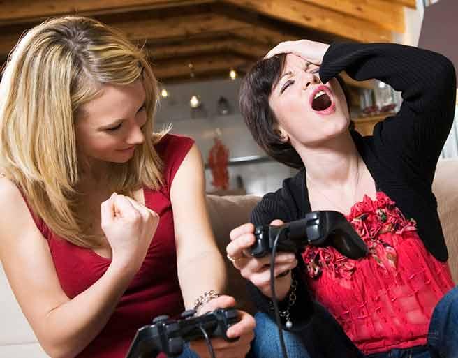 彼氏いない友達とゲームして遊ぶ彼氏いない女