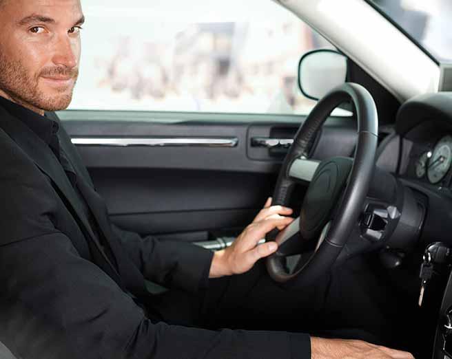車の運転をするかっこいい彼氏