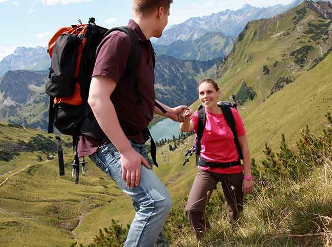 山登りで彼女を助けるかっこいい彼氏