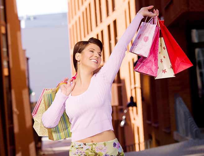 ショッピングを満喫する別れてよかった女性