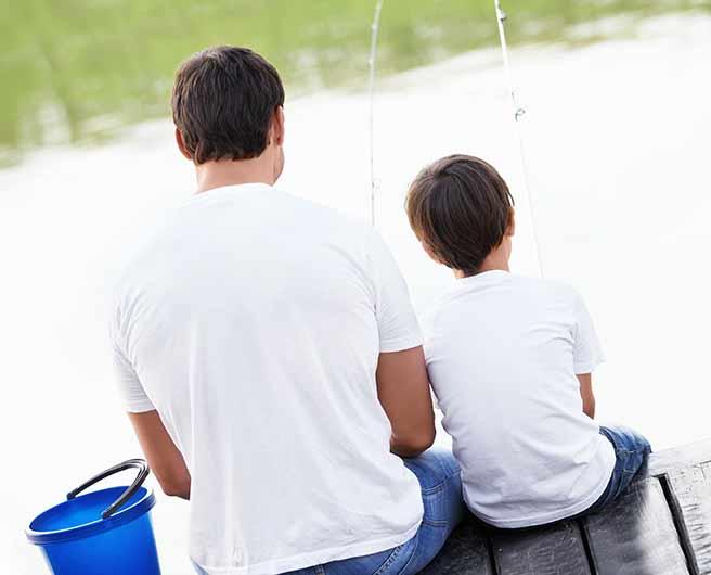 子供と寂しそうに釣りをするバツイチ子持ち彼氏