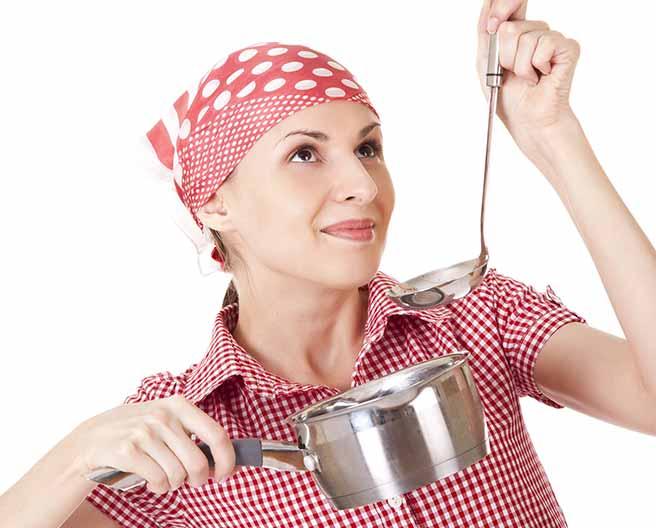 料理をする彼女