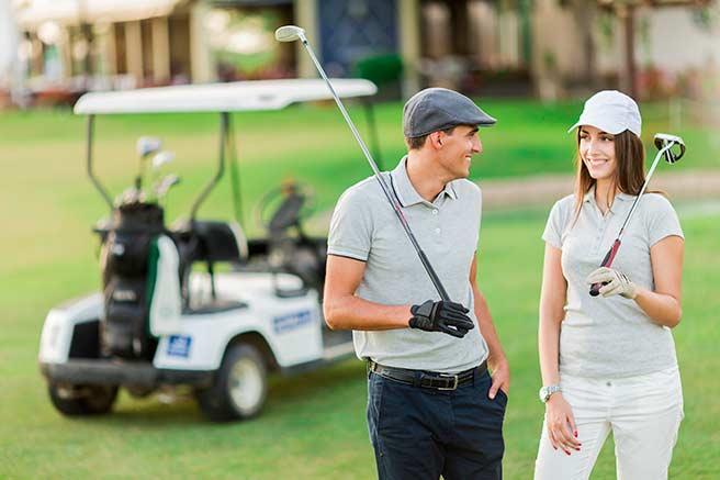 彼氏とゴルフを楽しむ彼女