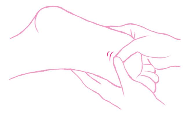 足の裏全体を両手の親指でゆっくり指の腹を滑らせるようにゆっくり押しましょう。