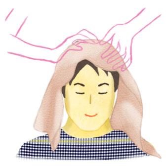 頭をタオルで覆い、指の腹でシャンプーするようにこすります