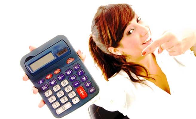 お金を計算する女性