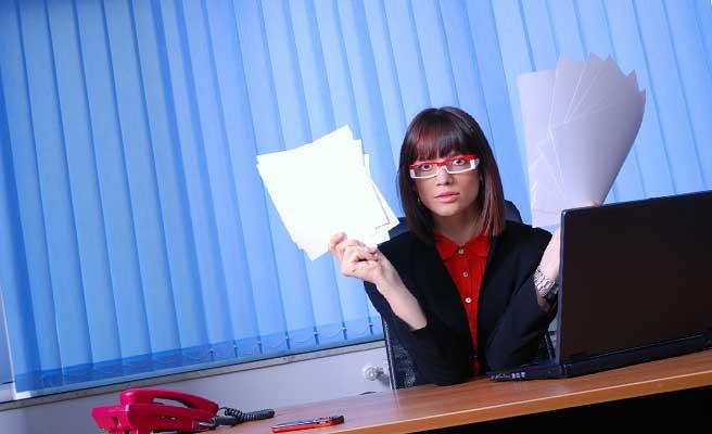 仕事について考える女性