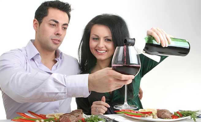 愛情とワインを注ぐ女性