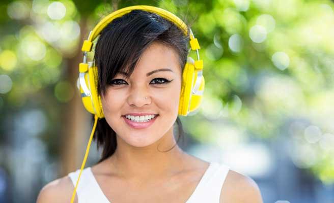 音楽を聴いて勇気がわく女性