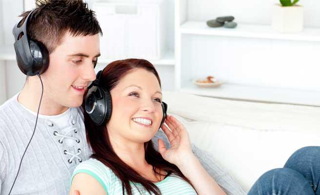 一緒に音楽を聴くカップル