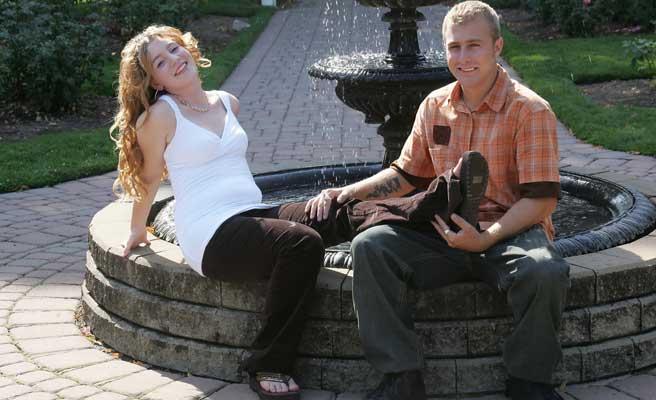 公園でラフなカップル