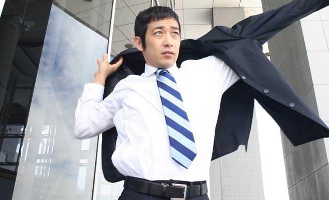 スーツとネクタイ姿のアラサー男性