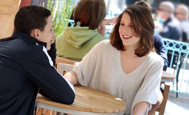 カフェで食事するカップル