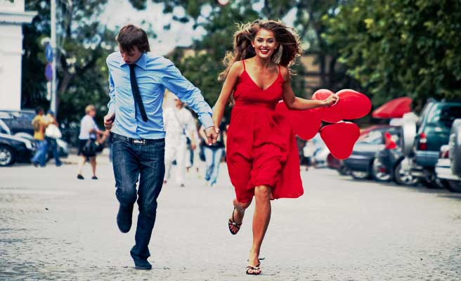 男性を引っ張って走る女性