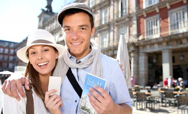観光地を訪れるカップル