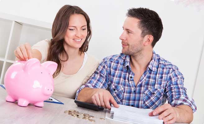 貯金をするカップル