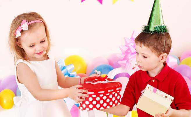 サプライズプレゼントを渡す少年少女