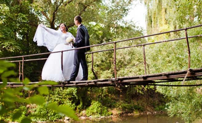つり橋を渡るカップル