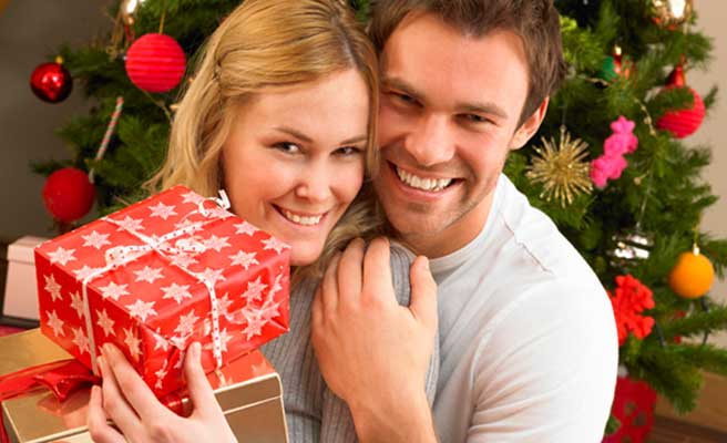 プレゼントを贈るカップル