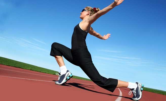 運動をして体を引き締める女性