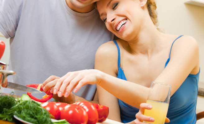 手料理を食べるカップル