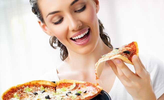 ピザを食べる女