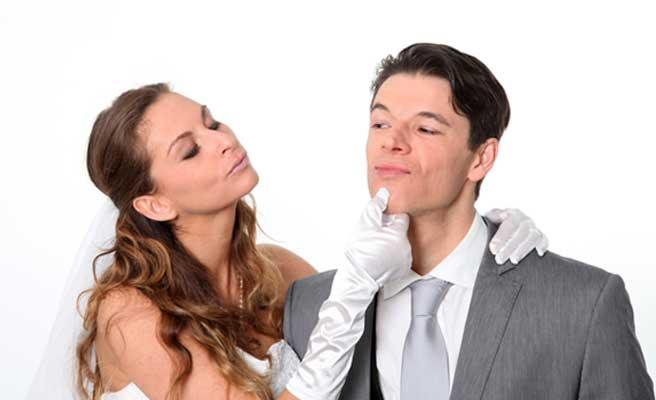 ウェディングドレスとスーツのカップル