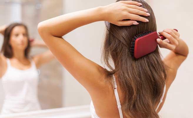 後ろ髪をセットする女性
