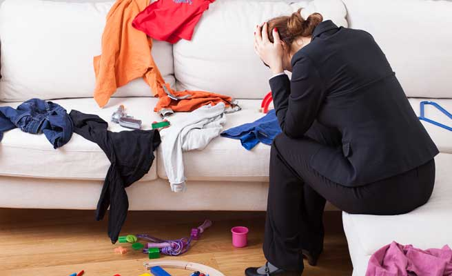 部屋を散らかすルーズな女性