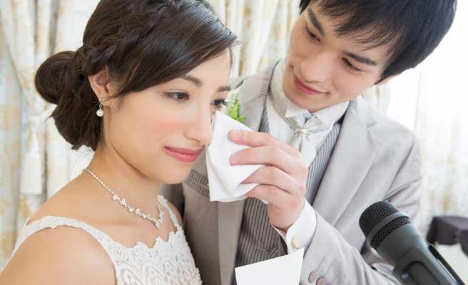 結婚式で涙する女性