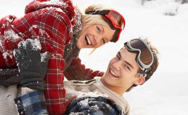 雪上で楽しむカップル