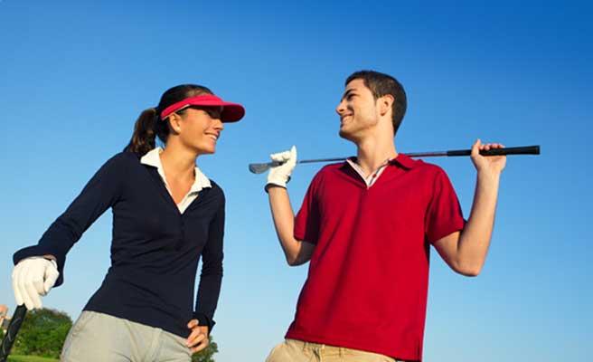 趣味のゴルフを楽しむカップル