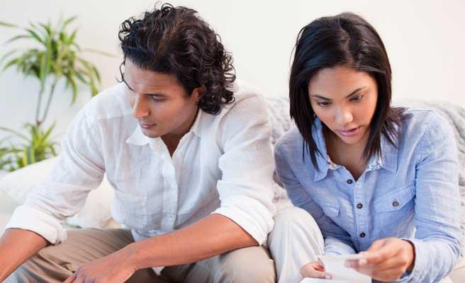 同棲費用を計算するカップル